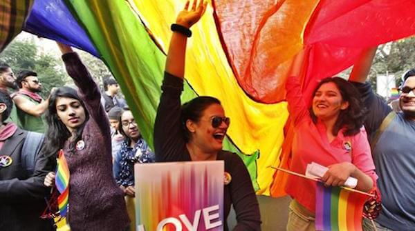 ragazza lesbica contenta di essere al pride