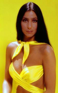 Cher compie 70 anni: 15 look e 15 canzoni da non perdere!