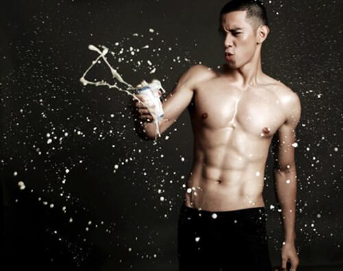 Le foto scandalo apparse, e poi scomparse, del cantante vietnamita Ho Vinh Khoa