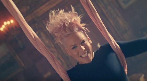 pink_just_like_fire_video_alice_attraverso_lo_specchio