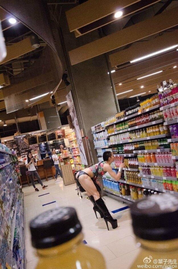 Cina: Sister Tomato al supermarket in tacco e lingerie