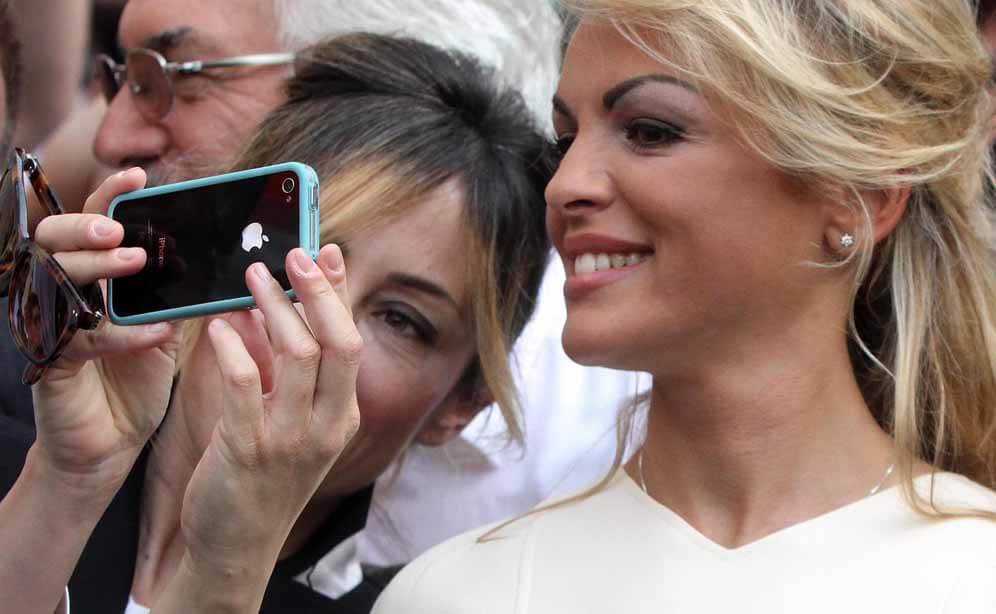 Francesca Pascale (destra) con la fedelissima Alessia Ardesi a Lecco durante il comizio che Silvio Berlusconi ha tenuto per sostenere il candidato sindaco di Forza Italia Alberto Negrini, 17 maggio 2015. ANSA / MATTEO BAZZI