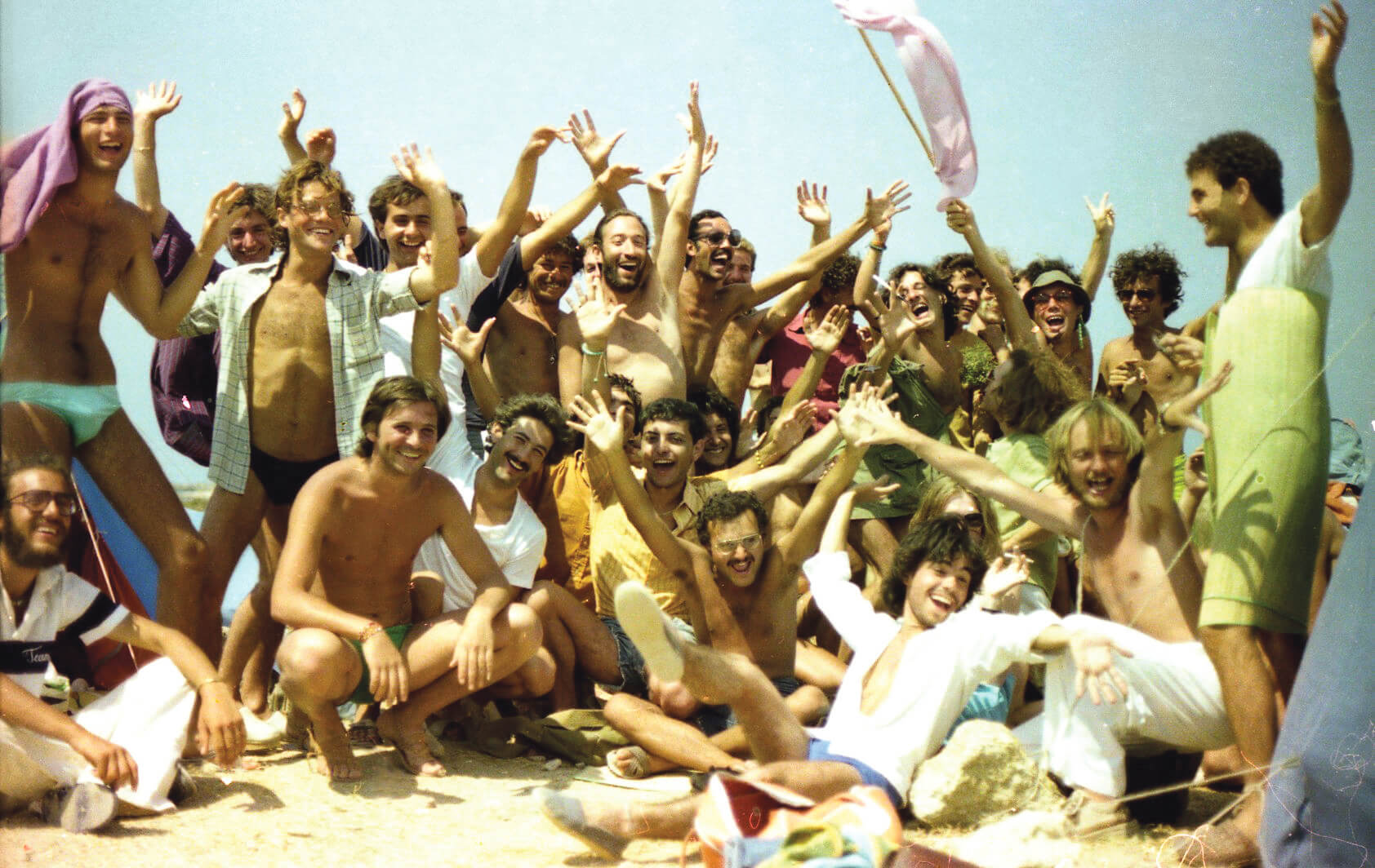 Una festosa immagine di gruppo del Greek Gay Camp. Foto di Giovanni Rodella