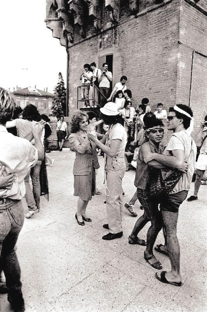 Inaugurazione del Cassero il 28 giugno 1982. Beppe Ramina, con il cappellino in testa e molti chili di meno, per festeggiare, danza un valzer con l'allora Assessore alla Cultura del Comune di Bologna, Sandra Soster. Felix balla con Marco Sanna.