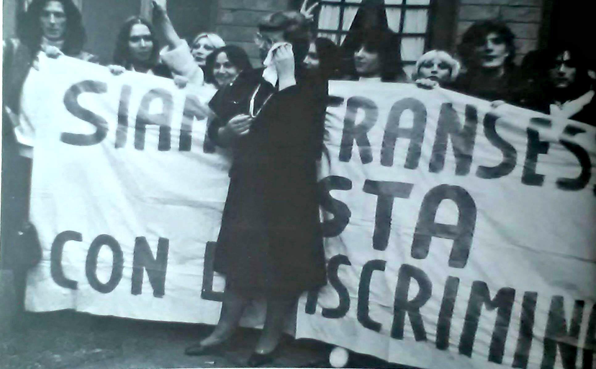 """Una manifestazione delle transessuali del M.I.T., con al centro Pina Bonanno. Da """"Babilonia"""" n. 11, 1984."""