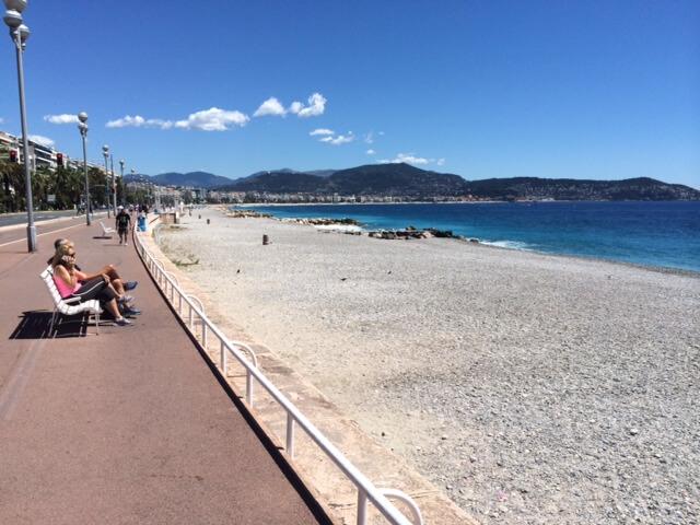 Nizza, la spiaggia poche ora fa. (foto Roberto Schinardi)