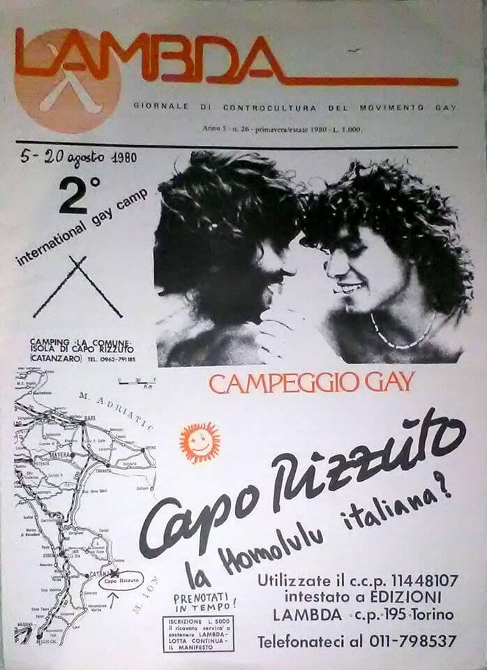 """""""Lambda"""", numero 26, primavera-estate 1980, con copertina in cui si pubblicizza il secondo International gay camp, svoltosi a Isola di Capo Rizzuto, come l'anno precedente. Nella foto, sulla destra, si riconosce Marco Sanna."""