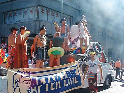 Il carro dell'After Line ad un Pride.