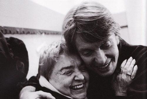 Fernanda Pivano è stata una traduttrice, scrittrice, giornalista e critica musicale. Qui è ritratta con Fabrizio De André.