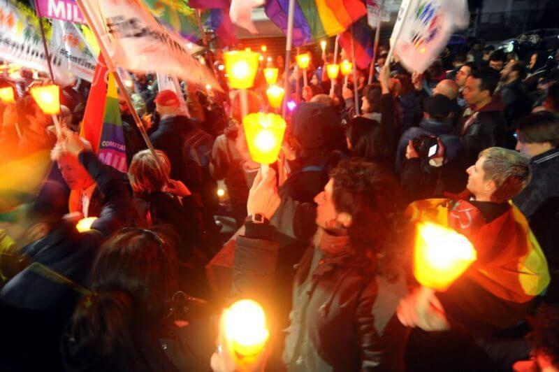Iera sera a Milano la fiaccolata contro le persecuzioni omofobe in Russia e Cecenia