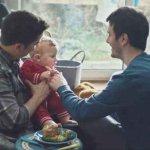 papà gay coppia omogenitoriale famiglia arcobaleno
