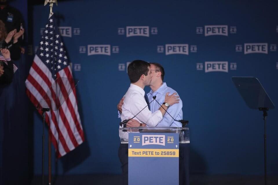 Pete Buttigieg bacia il suo compagno