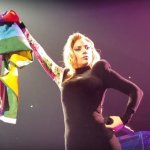 Lady Gaga con la bandiera rainbow in supporto della comunità LGBTQI