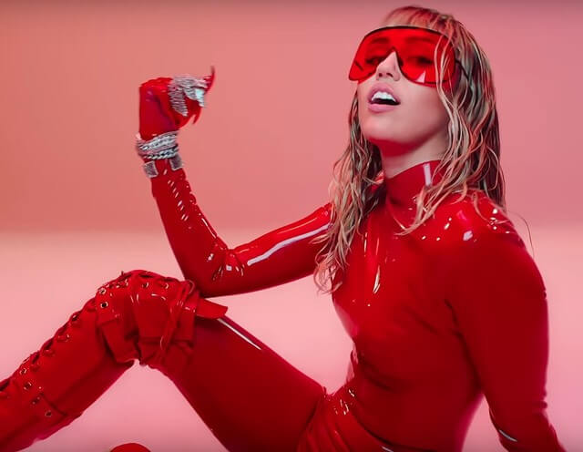 """Miley Cyrus nel video di """"Mother's Daughter"""""""
