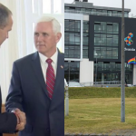 Presidente Islanda incontra Mike Pence con braccialetto arcobaleno