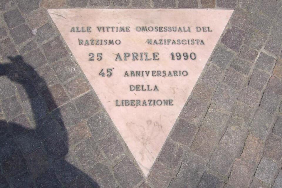 25 aprile, 31 anni fa a Bologna il primo monumento in ricordo delle vittime LGBT del nazifascismo (bologna triangolo rosa)