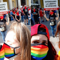 Erika e Martina, un bacio d'amore tra i manifestanti contrari al DDL Zan