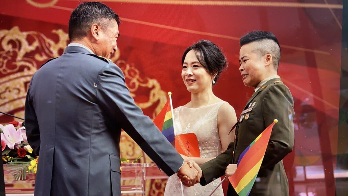 Taiwan, due soldatesse si sposano e fanno la storia - Gay.it