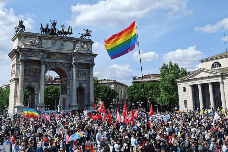 """DDL Zan, in 8000 in piazza a Milano per chiederne la rapida approvazione: """"Il tempo è scaduto!"""" - VIDEO (DDL Zan in 8000 a Milano per chiedere una rapida approvazione VIDEO)"""