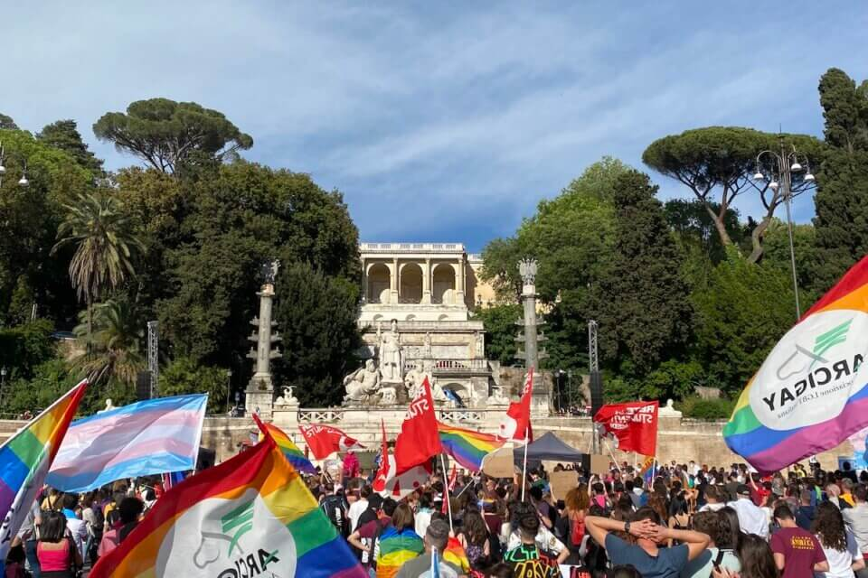 """DDL Zan, migliaia di persone in piazza: da Roma un unico grido, """"APPROVATE LA LEGGE!"""" - video e foto (DDL Zan migliaia di persone in piazza 13)"""