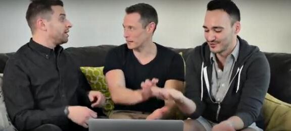 coppia_gay_guarda_porno_davey_wavey